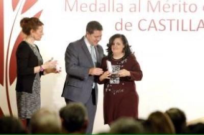NUESTRA COMPAÑERA MÓNICA GALARDONADA CON LA MEDALLA AL MÉRITO DE CLM