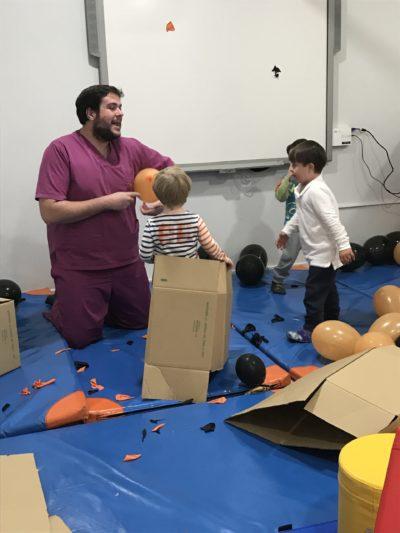 Disfrutamos con los globos en la sala de piscomotricidad