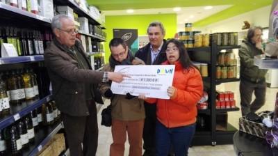 Carmelo Monteagudo, presidente de Grupo Montes Norte, ha hecho entrega esta mañana a la Asociación Down Caminar Ciudad Real de un cheque de 1.390 euros correspondiente a la recaudación de la primera Cata Solidaria en beneficio del colectivo.